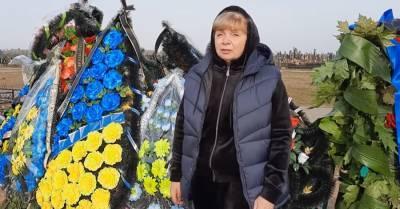 Мать Антона Полякова обратилась к украинцам, стоя у могилы сына