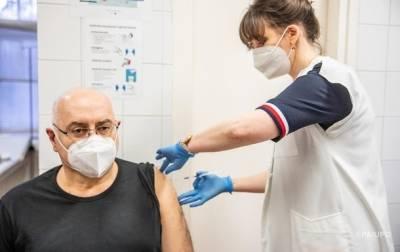 В Литве будут платить €100 пожилым людям за вакцинацию