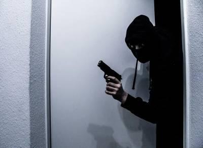 Житель Красноярска ограбил офис микрозаймов и возмутился, что в нём оказалось мало денег