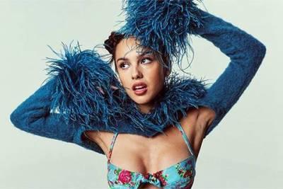 Стиль зумеров и тиктокеров: платье как у Бритни Спирс и топики из нулевых — как одевается новая поп-икона Оливия Родриго