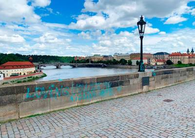 Полиция предъявила обвинения вандалам, разрисовавшим Карлов мост