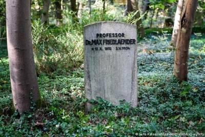 """""""Ужасная ошибка"""": в Германии неонациста похоронили в могиле еврея"""