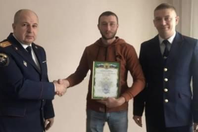 В Красноярске следователи наградили мужчину, спасшего ребенка от пьяного соседа с ножом