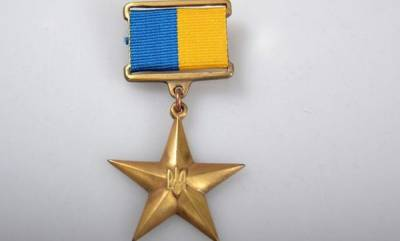 Зеленский присвоил Героя Украины двум военнослужащим
