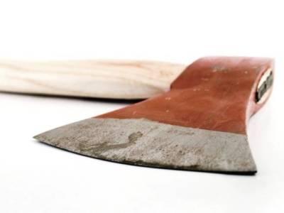 Под Томском 67-летняя новобрачная изрубила мужа топором за нежелание убираться в доме