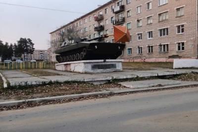 Неизвестные воткнули «грибок» в дуло танка в Горном