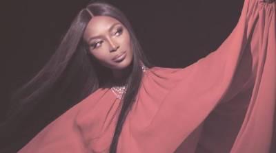 Наоми Кэмпбелл примерила стильный образ для модного журнала, а после разделась (Видео)