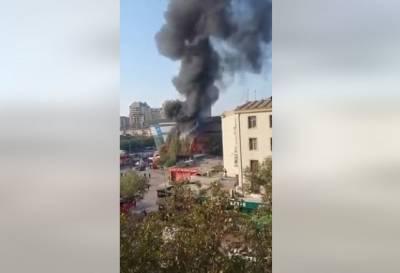 В Баку горит торговый центр (ВИДЕО)