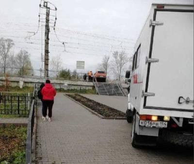 Водитель «Нивы» заехал на перрон и подрался с рабочими станции в селе под Новосибирском