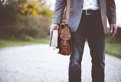 В Петербурге неизвестный избил мужчину и украл у него сумку с обувью