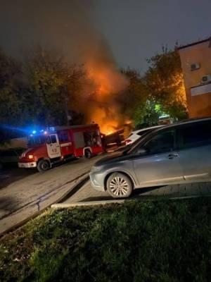 В Вологодской области из-за загоревшегося минивэна пострадали две иномарки и один дом