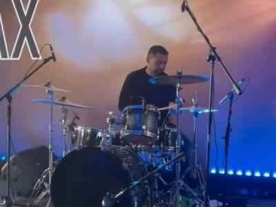 """Заседание фракции """"Слуга народа"""" в Трускавце закончилось концертом. Арахамия был диджеем и сыграл на барабанах. Видео"""