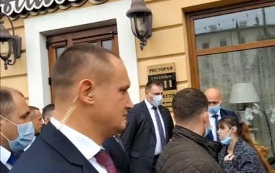 Журналистку оттеснили от президента Украины после вопроса о тюрьме
