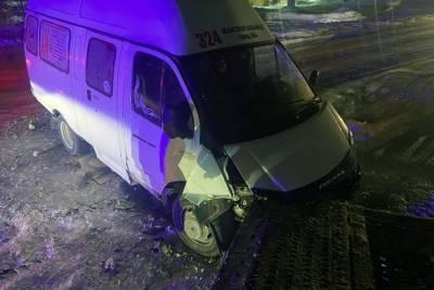 Новосибирская маршрутка врезалась в грузовик. Есть пострадавшие