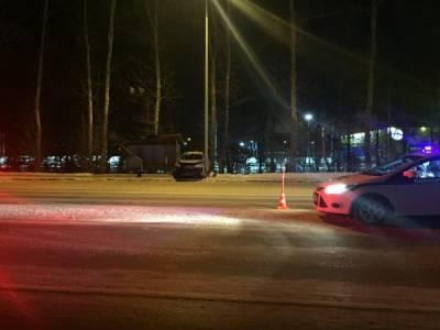 В Тюмени машина врезалась в остановку, есть пострадавшие