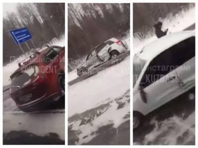 В Кузбассе на трассе столкнулись три автомобиля: есть пострадавшие