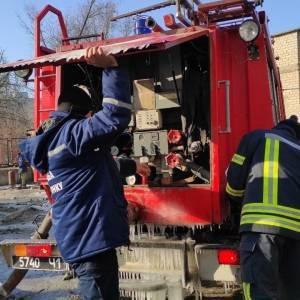 Запорожские спасатели подвозят воду для работы котельной в Коммунарском районе. Фото