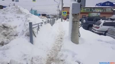 В Южно-Сахалинске продолжают бороться с выпавшим снегом
