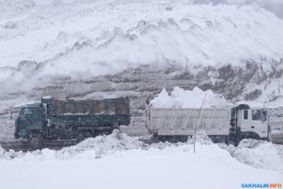 Грузовики в Южно-Сахалинске проваливаются в снежные полигоны