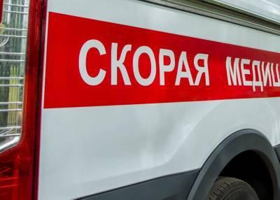 Ребенок провалился в двухметровую яму на дороге в Южно-Сахалинске