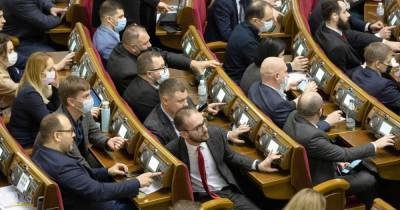 Рада приняла поправки Зеленского в закон о госслужбе