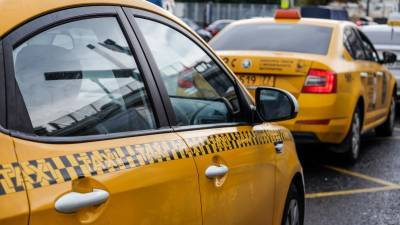Таксист брызнул баллончиком в лицо пассажирам в Москве