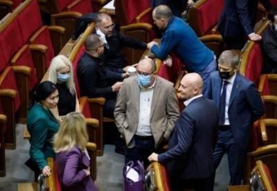 Рада приняла закон о госслужбе с предложениями Зеленского