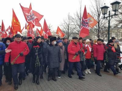 Коммунисты все-таки провели шествие в центре Москвы несмотря на запрет властей