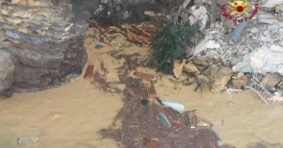 В Италии произошел жуткий обвал земли на кладбище: 200 гробов смыло в море (фото, відео) (5 фото)
