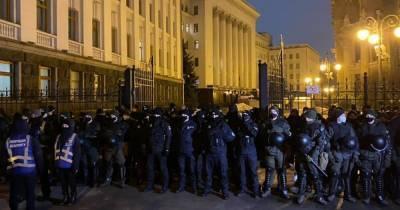 Под ОП митингующие сожгли шлемы полицейских (ФОТО, ВИДЕО)