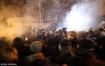 Дело Стерненко: Под офисом президента вспыхнули столкновения (фото, видео)