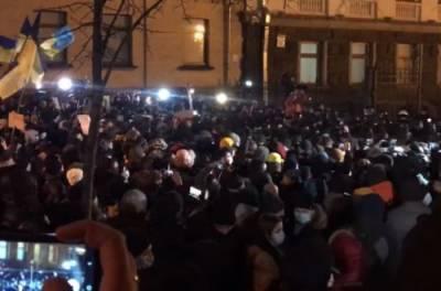 На Банковой льется кровь: в Киеве люди атаковали офис Зеленского (ВИДЕО)