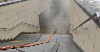 Прорвало трубу: в Киеве на Шулявке затопило кипятком подземный переход (фото, видео)