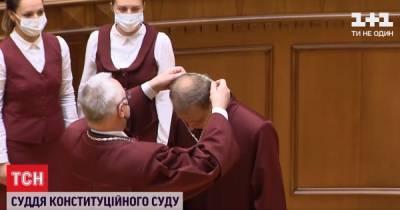Новый судья КСУ, назначенный парламентом, принес присягу