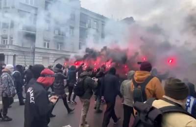 От ОП сторонники Стерненко с файерами направились к ОГП (видео)