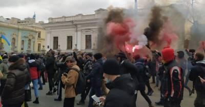 Митингующие в поддержку Стерненко зажгли фаеры и двинулись маршем в сторону Рады (фото, видео)