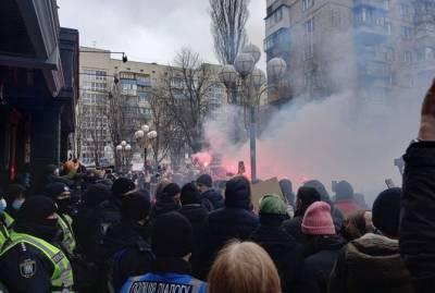 Протест в защиту Стерненко в Киеве: зажженные файера полетели в окна Офиса генпрокурора