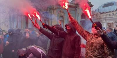 Участники акции в поддержку Стерненко с файерами двинулись к Генпрокуратуре — фото, видео