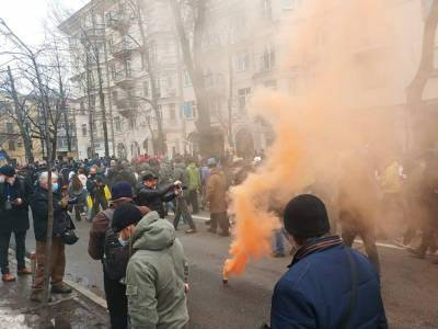 Протестующие забросали петардами Офис генпрокурора