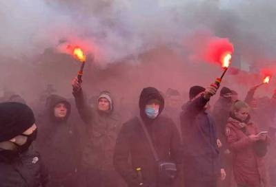 «Венедиктова — чума»: Протестующие забросали Офис генпрокурора файерами и петардами