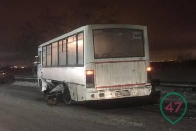 Под Ям-Ижорой столкнулись легковушка и пассажирский автобус, есть пострадавшие