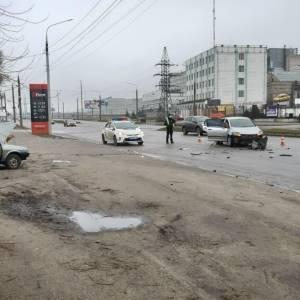 В Запорожье ВАЗ выехал на встречную и столкнулся с иномаркой: есть пострадавшие. Фото