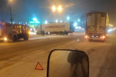На трассе М-10 в Тверской области столкнулись легковушка и две фуры, есть пострадавшие