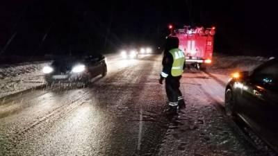 В ДТП с бензовозом пострадали три человека, тонна керосина разлилась на дорогу