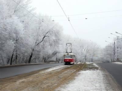 В Днепре трамвай сошел с рельсов и врезался в остановку, есть пострадавшая