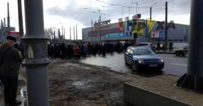 В Харькове рабочие завода вышли на протест и перекрыли улицу: появились фото, видео