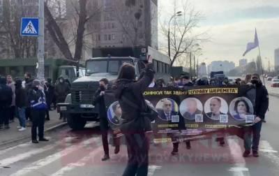 Сторонники обвиняемого в деле Шеремета идут к СИЗО