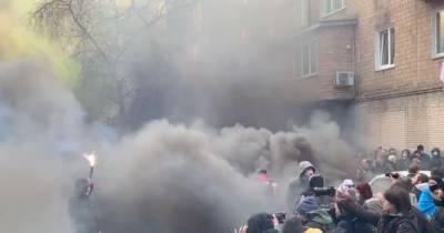 Протестующие зажгли дымовые шашки под СИЗО, где сидит Антоненко (фото, видео)