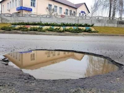 Катастрофическое состояние дороги под Киевом показали на фото