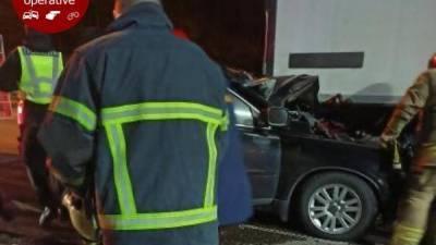 Под Киевом Volvo на большой скорости влетел под фуру, водитель погиб: фото